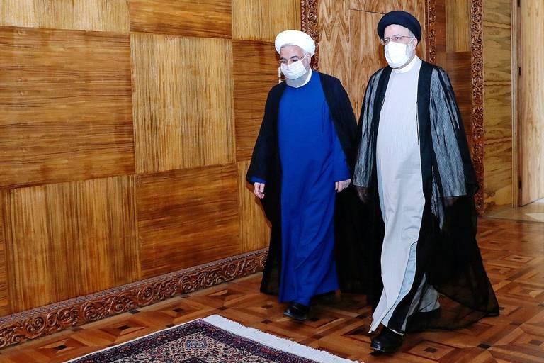Le président sortant Hassan Rohani (à gauche) et le président élu Ebrahim Raïssi, deux religieux de tendances différentes, se sont rencontrés plusieurs fois depuis l'élection du 18 juin.