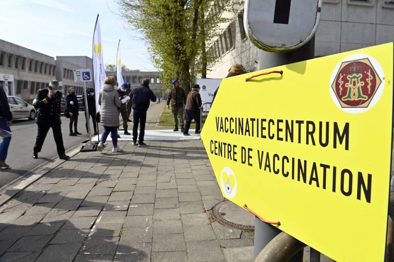"""Les centres de Forest et de Uccle vaccineraient des personnes pas encore éligibles avec des doses restantes : """"J'ai reçu la confirmation par SMS"""""""