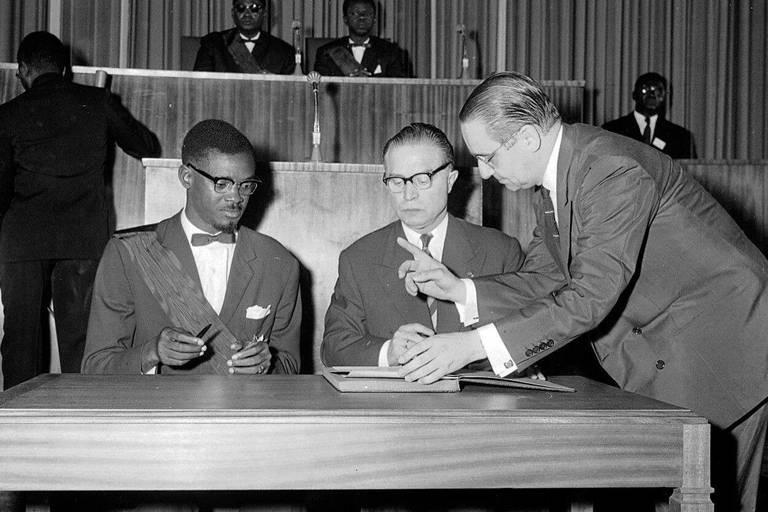Le premier Premier ministre légalement élu de la République du Congo, Patrice Emery Lumumba, pose sa signature après avoir prononcé un discours le 30 juin 1960 à Léopoldville, au Congo.