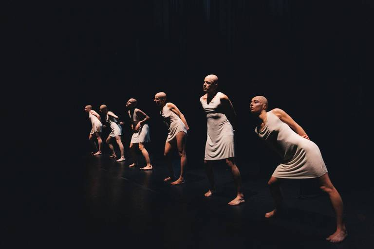 """Aux confins des """"Arrière-Mondes"""", ballet parallèle de figures désaxées"""