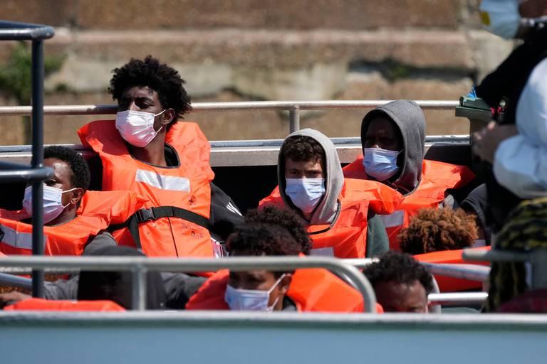 """À Douvres, les bénévoles qui œuvrent à sauver les migrants sont la cible de l'extrême droite: """"On va venir vous pousser des falaises"""""""