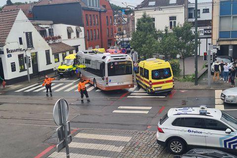 Grave accident sur la chaussée Saint-Job, un couple a été renversé par un bus