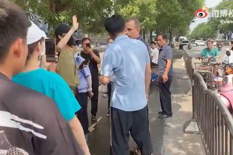 """""""Une campagne de harcèlement clairement orchestrée"""" : des journalistes étrangers pris pour cible en Chine pour leur couverture des inondations"""