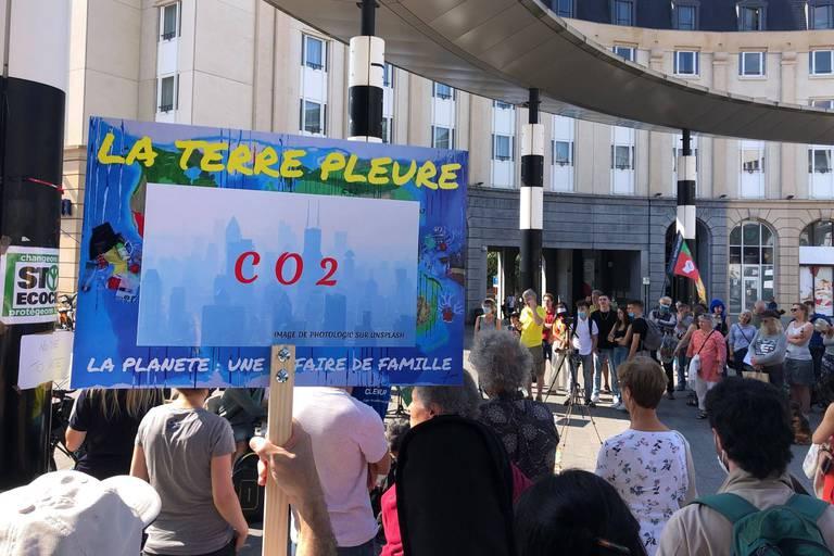 Des manifestants tirent à nouveau la sonnette d'alarme climatique à Bruxelles