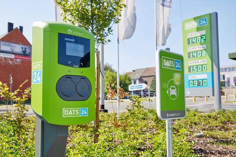 Des bornes de recharge DATS 24 (groupe Colruyt) peuvent être accessibles en dehors des heures d'ouverture des magasins.