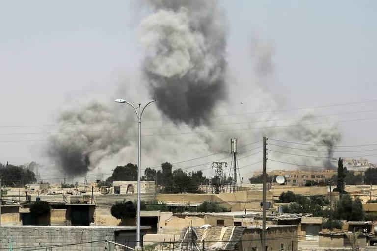"""Syrie: l'Iran tire des missiles contre """"des bases de terroristes"""", l'armée accuse la coalition d'avoir abattu un de ses avions"""