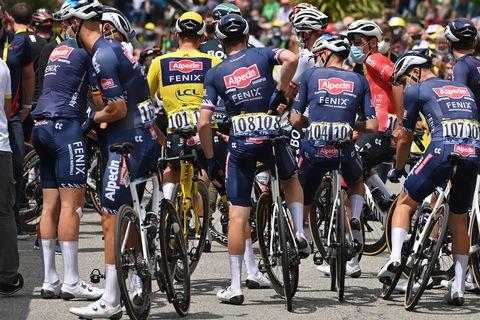 Pour protester contre les chutes, les coureurs du Tour de France mettent pied à terre en début de 4e étape