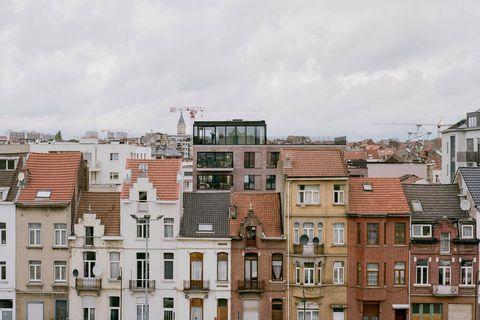 La cuisine et la terrasse partagées au 5e étage offrent une vue imprenable sur Bruxelles.