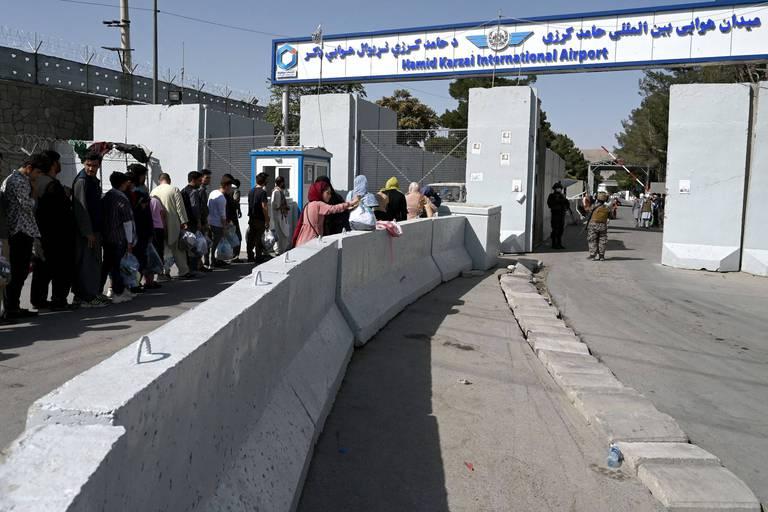 Après les scènes de chaos, la foule a quitté l'aéroport de Kaboul