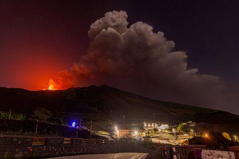 Le volcan sicilien Etna entre en éruption : d'épais nuages de fumée et de cendres jusqu'à quatre kilomètres de haut
