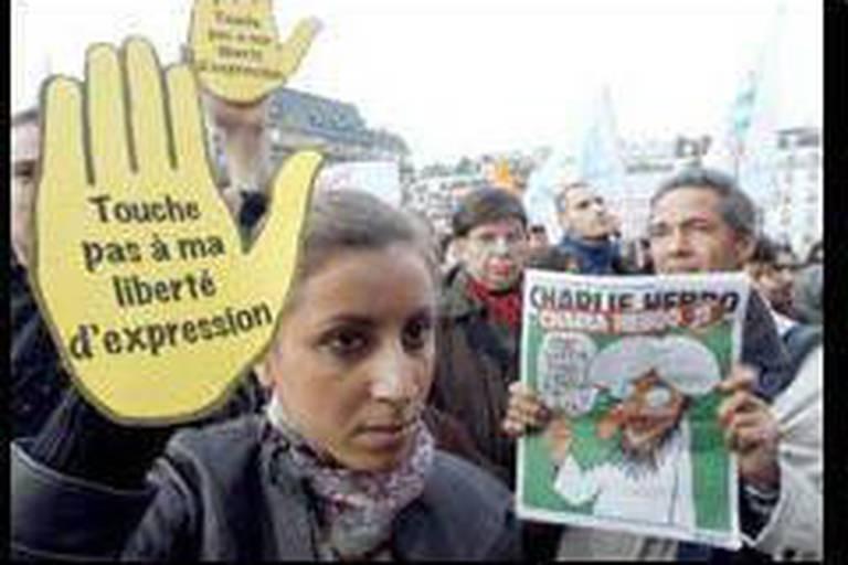 La presse fait front derrière Charlie Hebdo