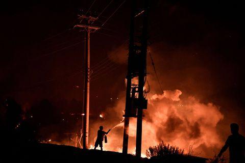 Incendies en Grèce : des villages entourés par les flammes sur l'île d'Eubée, les habitants évacués par bateaux