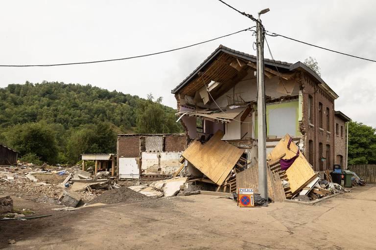 La reconstruction des villages en ruine (ici Trooz) va demander énormément d'argent.