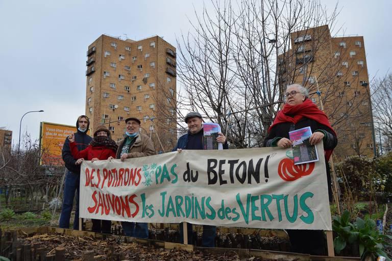 Dolorès (à droite) etd'autres membres du collectif de défense des Jardins ouvriers des Vertus à Aubervilliers, dont une partie est menacée par la construction d'une piscine dans le cadre des Jeux Olympiques de Paris de 2024, Aubervilliers, Seine-Saint-Denis, France, décembre 2020 / Laurent Dupuis