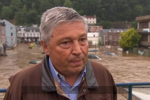 Une maison s'effondre derrière le bourgmestre de Pepinster en pleine interview (VIDEO)