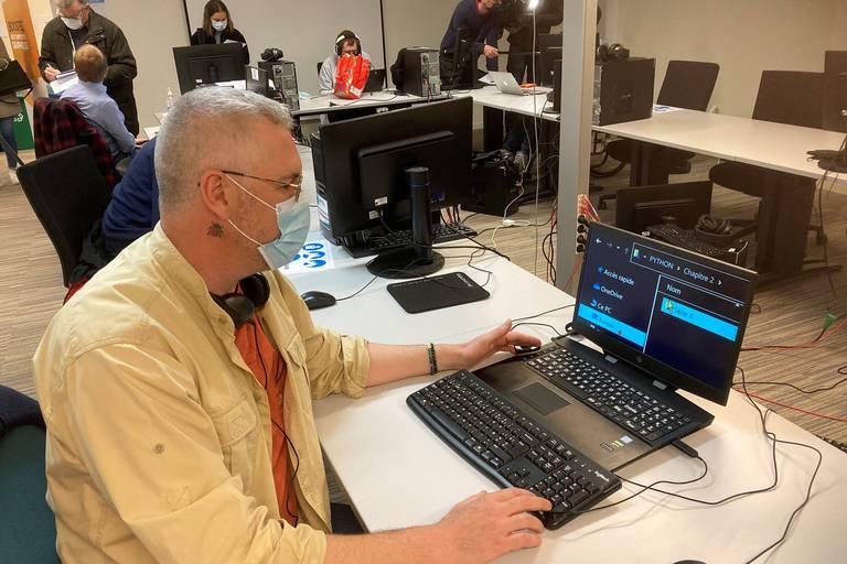 """Alain travaille avec un """"zoom texte"""" pour agrandir les caractères à l'écran."""