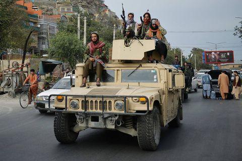 Les talibans défilent dans Kandahar au volant des véhicules laissés par les Américains