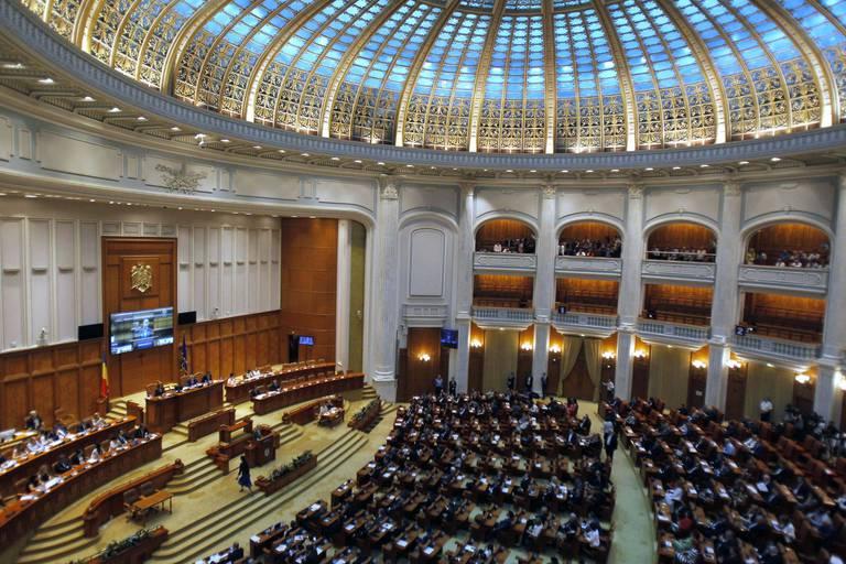 """En Roumanie, le gouvernement social-démocrate est tombé : """"Il s'est moqué de la Roumanie comme personne ne l'a fait depuis 30 ans"""""""