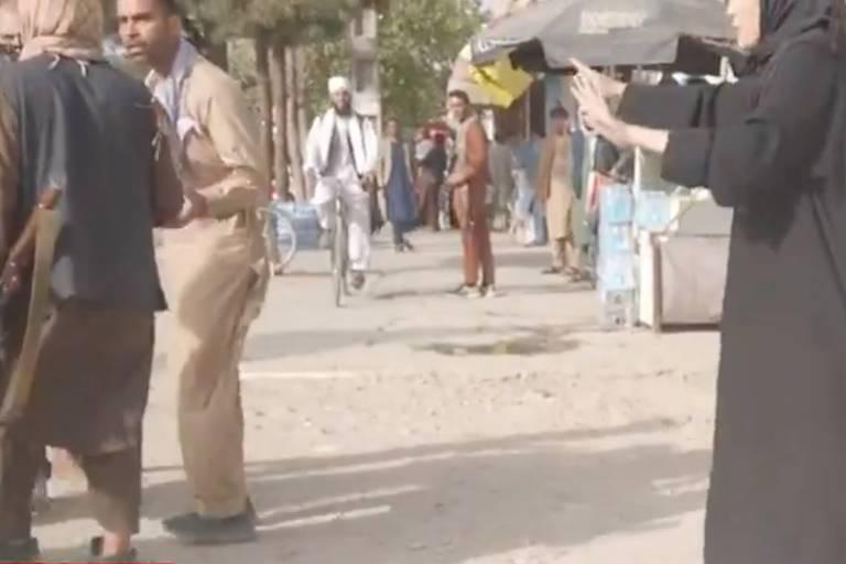 """""""Nous avons dû courir et nous mettre à l'abri"""": la journaliste Clarissa Ward et son équipe pris pour cible par les talibans"""