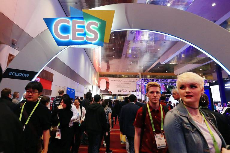 (190109) -- LAS VEGAS, Jan. 9, 2019 () -- People visit the Consumer Electronics Show (CES) in Las Vegas, the United States, Jan. 8, 2019. The annual CES kicked off Tuesday in Las Vegas. (/Li Ying) Reporters / Photoshot