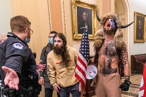 """Insurrection à Washington: le """"chaman"""" QAnon de l'assaut du Capitole plaide coupable"""