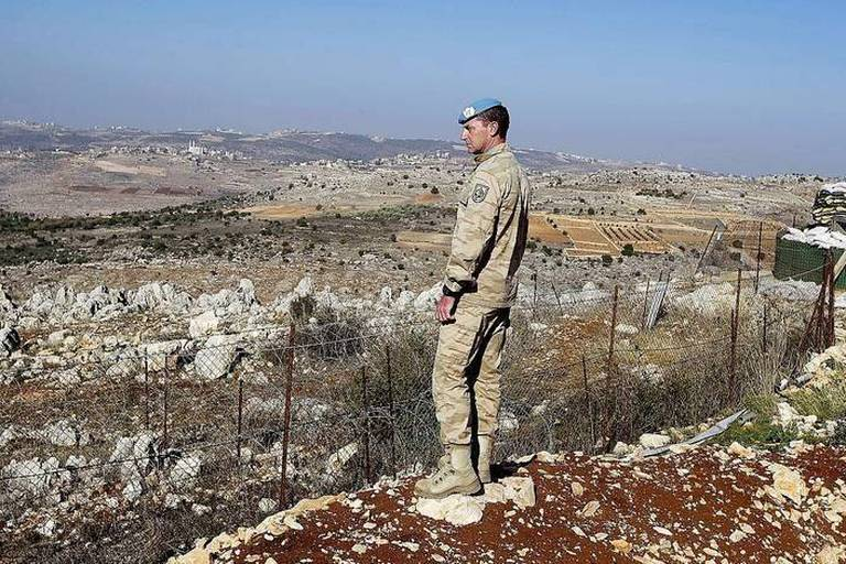 20131227 - AT TIRI, LEBANON: A Belgian soldier overlooks the surroundings on the second day of the visit of Belgium Prime Minister to the Belgian soldiers of the Belufil detachment in At Tiri, Lebanon, Friday 27 December 2013. BELGA PHOTO NICOLAS MAETERLINCK