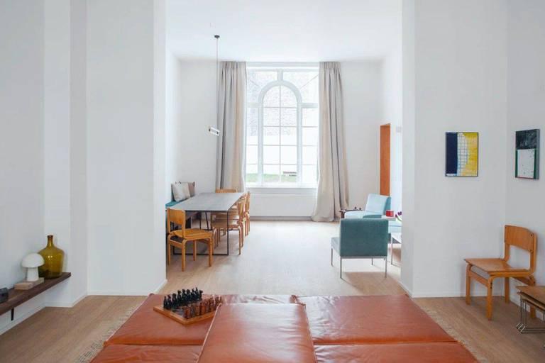 Grâce à une équipe d'architectes et de designers, les maisons rénovées en espaces de coliving par le nouvel acteur bruxellois Neybor font montre d'un style soigné. Matériaux naturels, art et artisanat, upcycling et isolation acoustique au top sont leur marque de fabrique.