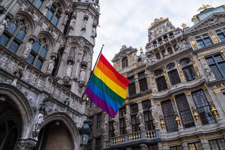 La Ville de Bruxelles met son drapeau arc-en-ciel en berne