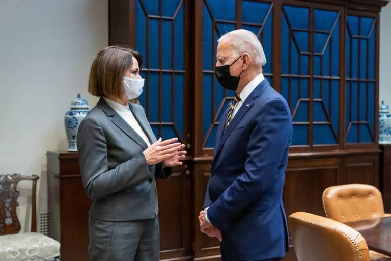"""Biden a reçu l'opposante bélarusse Svetlana Tikhanovskaïa à Washington: """"Les États-Unis se tiennent aux côtés du peuple bélarusse dans leur quête de démocratie"""""""