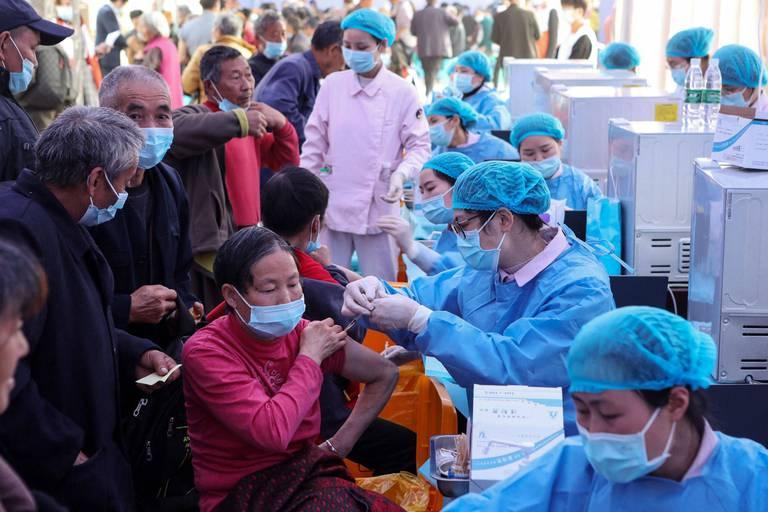 Coronavirus dans le monde : la Chine passe la barre du milliard de doses administrées, le Brésil dépasse les 500.000 morts