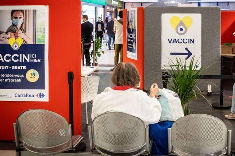"""Début de la vaccination dans les magasins bruxellois : """"Content de pouvoir me faire vacciner en allant au Carrefour"""""""