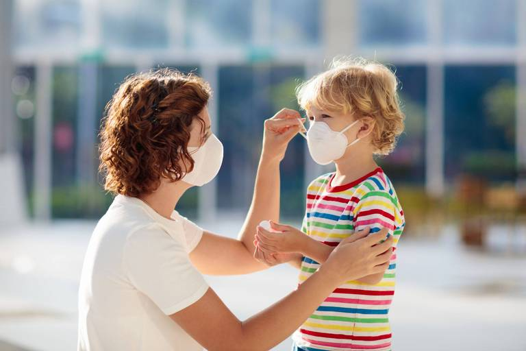 Coronavirus : un enfant porte un masque