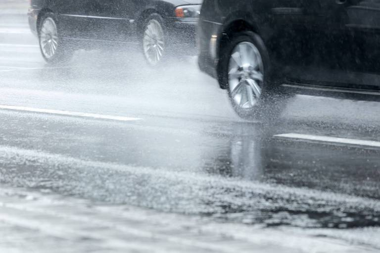 Intempéries: l'autoroute E40 sous eau à Alost en direction de Bruxelles