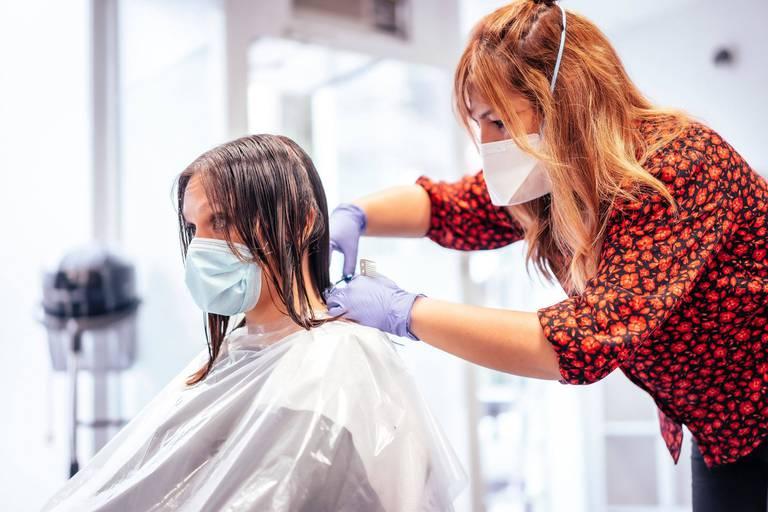 """C'est déjà terminé pour les coiffeurs et salons de beauté : """"Le Premier ministre ne respecte pas sa promesse"""""""