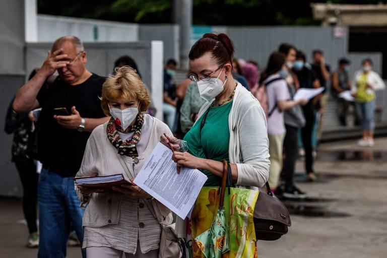 A Moscou, des citoyens russes patientent pour se faire vacciner.