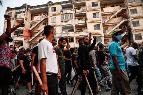 """Manifestation, dimanche, à Arroyo Naranjo (La Havane). Les protestataires ont crié leur colère face à """"la misère"""", puis face au régime castriste."""