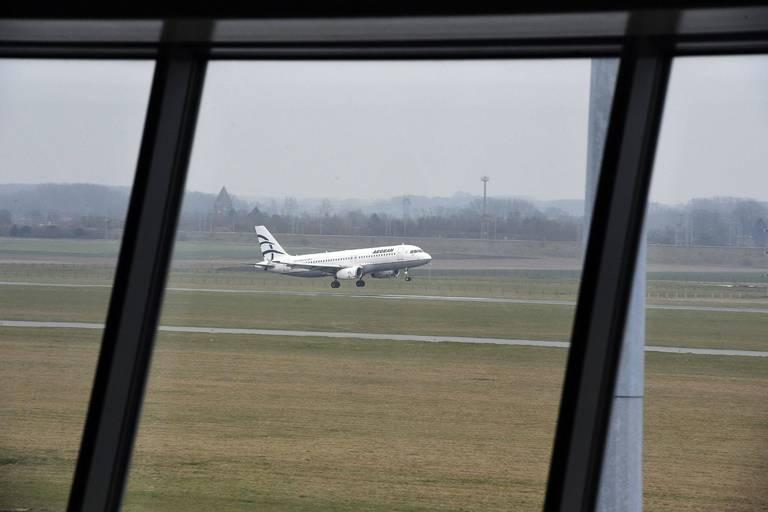 Pourquoi une vingtaine de jeunes Belges positifs au coronavirus ont pu rentrer d'Espagne en avion