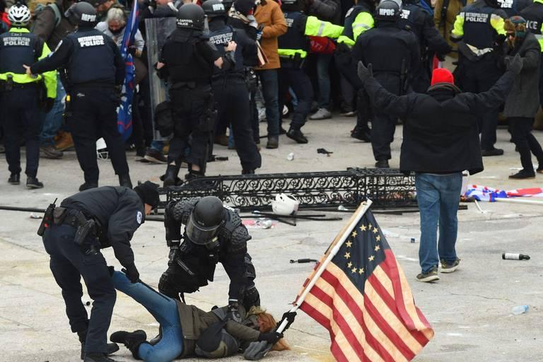 Assaut du Capitole: deux hommes plaident coupables d'agression envers un policier