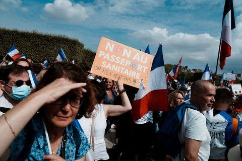 Des milliers de personnes à nouveau dans les rues contre le pass sanitaire en France