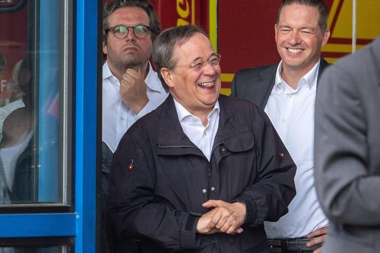 Allemagne : le potentiel successeur de Merkel suscite l'indignation après avoir été filmé en train de rire lors d'une visite dans une zone inondée