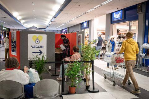 Bruxelles - Auderghem: Coronavirus - Covid-19: Hypermarché Carrefour Auderghem - La Cocom installe un centre de vaccination dans le centre commercial carrefour d'Auderghem. Le vaccin administre est le vaccin unidose Johnson et Johnson. Accusant un retard