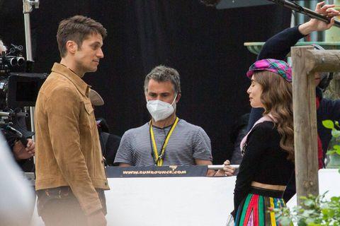"""""""Ils pensent avoir acheté tout le quartier"""" : à Paris, le tournage de la saison 2 d'Emily in Paris suscite le mécontentement de certains habitants"""