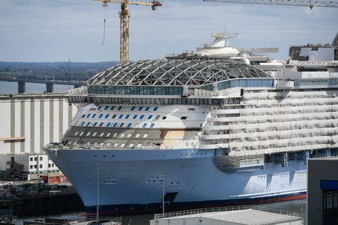 """""""Wonder of the Seas"""": le plus grand paquebot du monde, construit en France, fait sa première sortie en mer"""