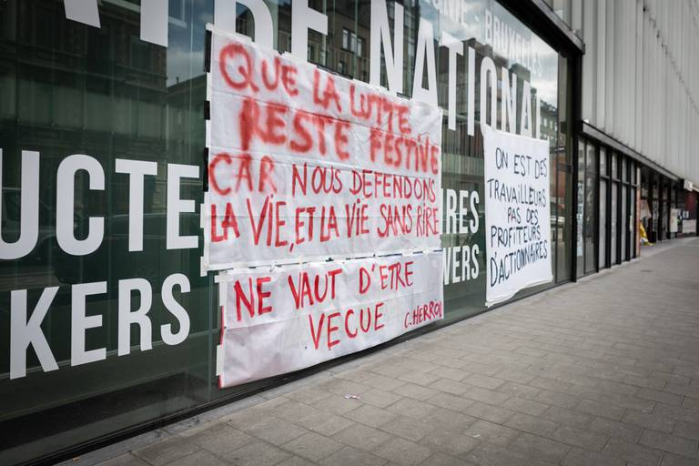 Les mots de l'activiste Cédric Herrou bombés et accrochés par Marie-Aurore D'Awans sur la façade du Théâtre national occupé, à Bruxelles.