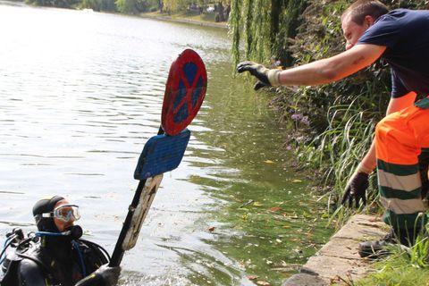 Trottinettes, coffres-forts, vélos, poubelle… Jusqu'à 6 tonnes d'objets trouvés ce dimanche dans les étangs d'Ixelles