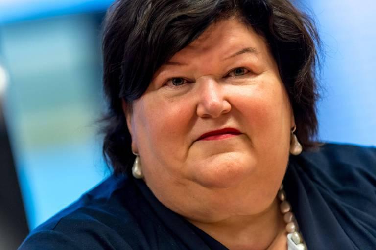 Novartis va offrir son médicament ultra-cher par tirage au sort à 100 bébés: Maggie De Block réagit