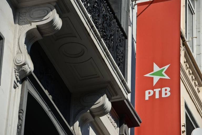 """Le PTB va installer sans autorisation un écran géant pour diffuser le conseil communal de Verviers: la démarche jugée """"déplacée"""" par la majorité"""