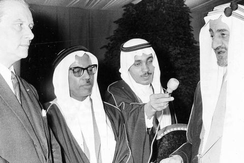Minister Wigny hands the keys of the Cinquantenaire mosque to King Faysal of Saudi Arabia. (BELGA ARCHIVES)
