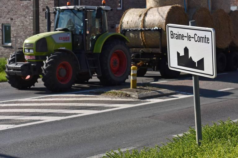 En colère, des agriculteurs épandent de la poudre de lait épandue à Braine-Le-Comte