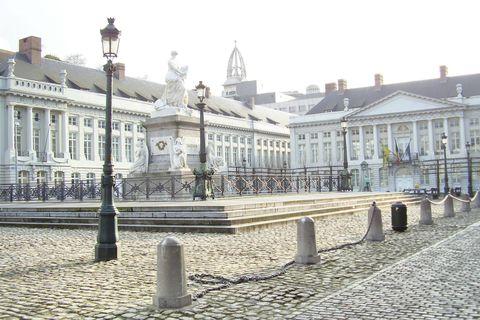 Quelle est cette soucoupe volante qui plane sur la place des Martyrs à Bruxelles?